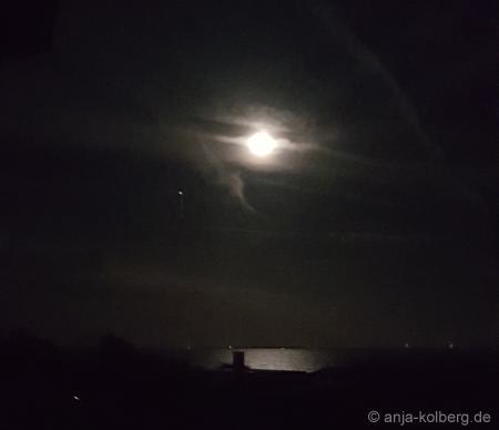 Mond spiegelt sich in der Ostsee. Dänemark