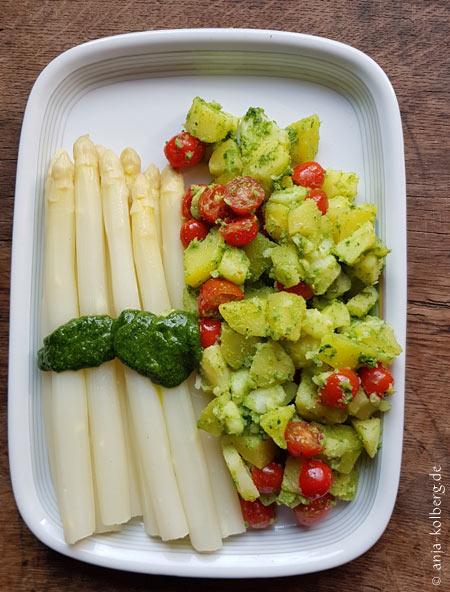 Spargel mit veganem Basilikumpesto und warmen Kartoffelsalat
