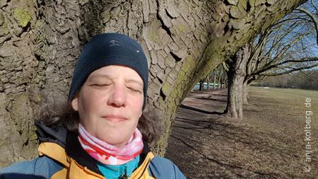 Anja Kolberg genießt am Decksteiner Weiher die Sonne im Februar